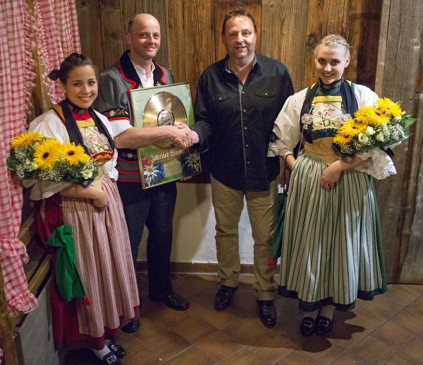 Präsident Thomas Gisler (links) mit Roli Achermann von Phono-Vertriebs GmbH, umrahmt von Ehrendamen