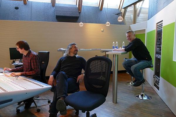 im Regieraum von links nach rechts: Tonmeister Walter Fölmli, Dani Häusler, Philipp Mettler