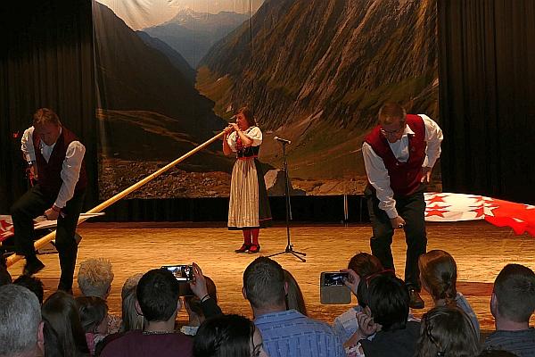 Lisa Stoll mit zwei Walliser-Fahnenschwinger