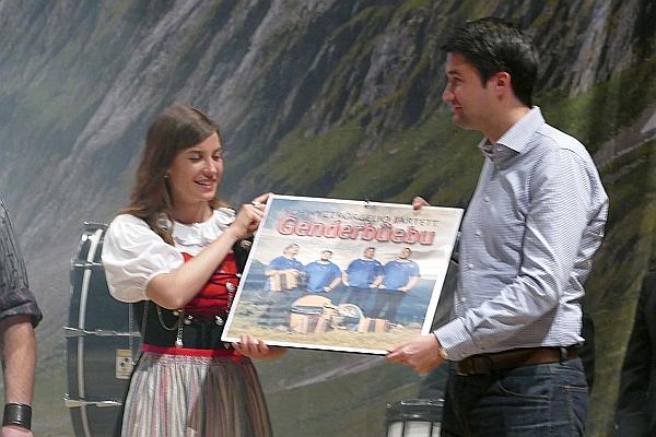 Taufpaten Lisa Stoll und Aron Pfammatter